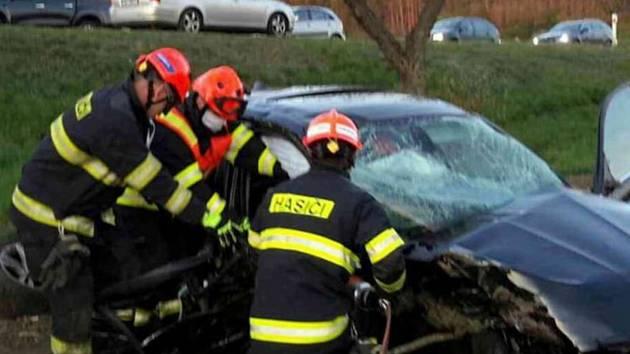 Mezi Čebínem a Kuřimí se v úterý večer srazila dvě auta. Na místo letěl i vrtulník.