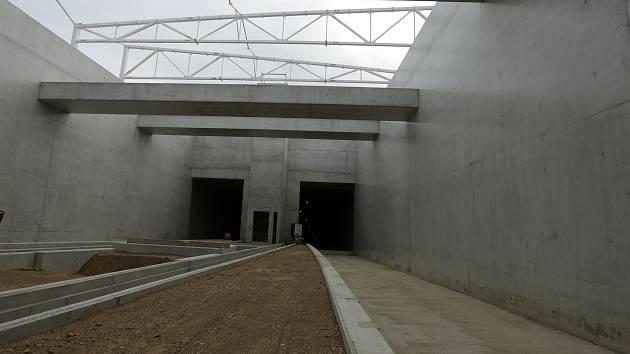 Tramvajový tunel v brněnských Bohunicích dva roky po zahájení stavby.