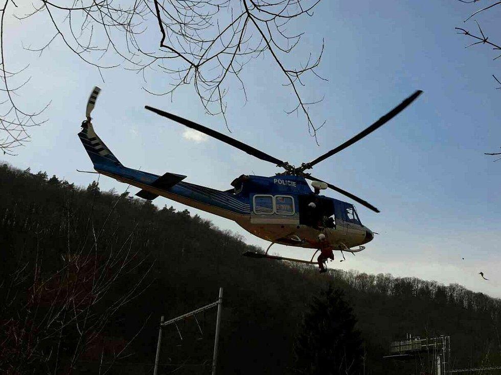 Zvuk rotorů se v sobotu před polednem rozléhal nedaleko Bílovic nad Svitavou u Brna. Ze zříceniny nedalekého hradu Obřany tam totiž spadla mladá žena.