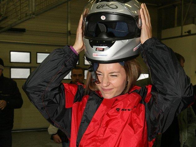 Při Dnu otevřené dráhy na brněnském Masarykově okruhu se atletka Denisa Rosolová svezla v závodním speciálu.