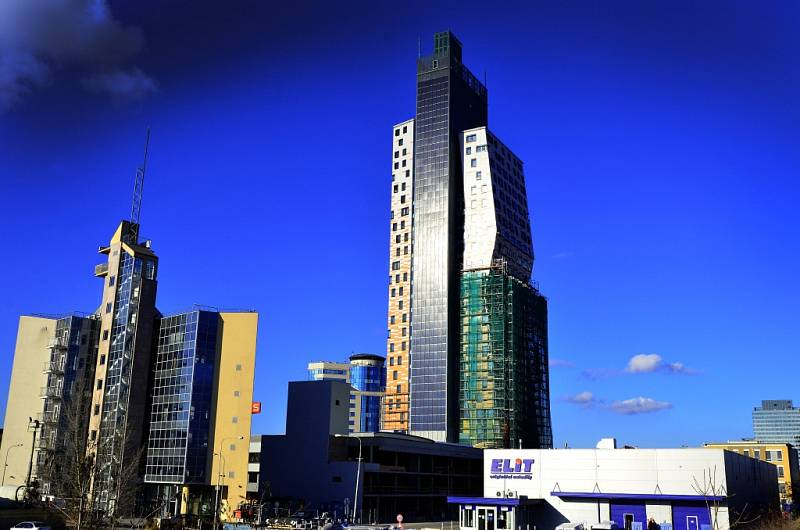 je s výškou Az Tower je svou výškou 111 metrů nejvyšší budovou v republice.
