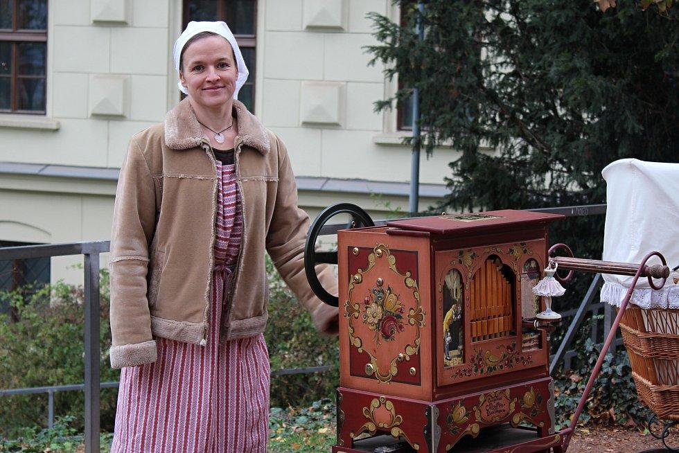 V brněnských Denisových sadech oslavili nadšenci sto let republiky. Návštěvníci viděli přehlídku historické módy, střelbu i dobové věci jako polní kuchyni nebo flašinet.