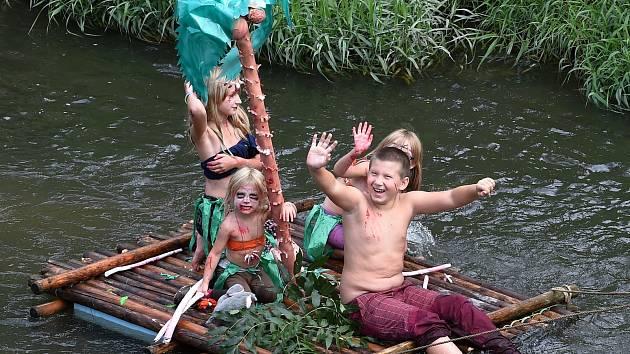 Sjížděli řeku na obřím banánu i jako domorodci na voru. Svitava ožila neckyádou
