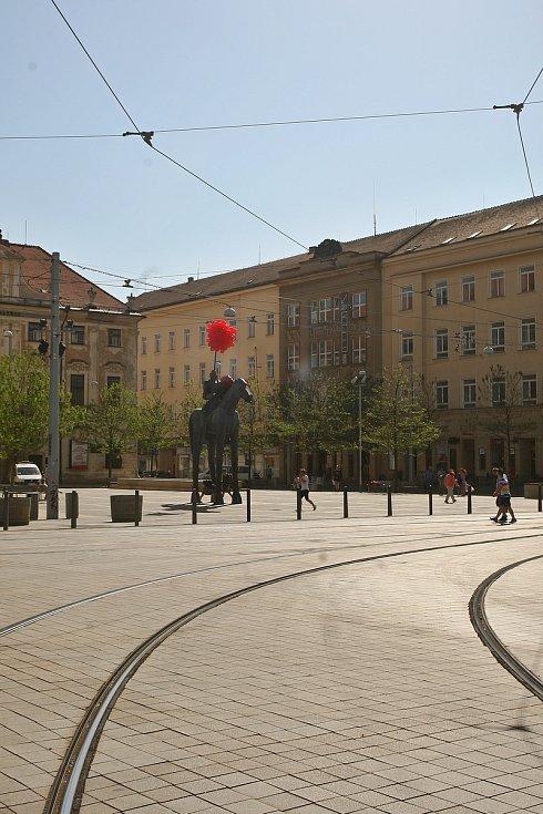 Rytíř na Moravském náměstí bude mít po dobu festivalu Serial Killer nový štít. Stejně jako sochu Jošta i další místa konání seriálového festivalu označili organizátoři červenými balónky. Usnadňují orientaci.