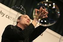 Bubbleshow Matěje Kodeše a jeho pokus o vytvoření rekordu největšího počtu bublin v jedné bublině.