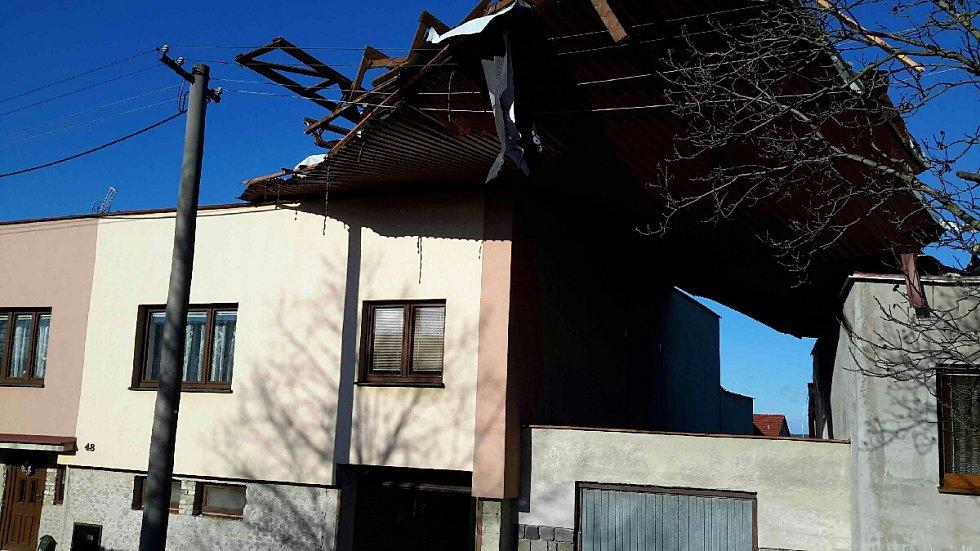 Hasiči na jižní Moravě řeší následky silného větru. V několika případech strhl střechy na domech.
