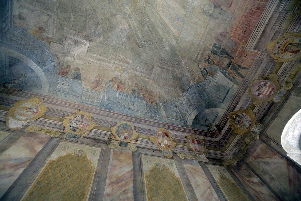 Po dvou letech končí práce na restaurování fresek v historickém sále Rady města Brna.