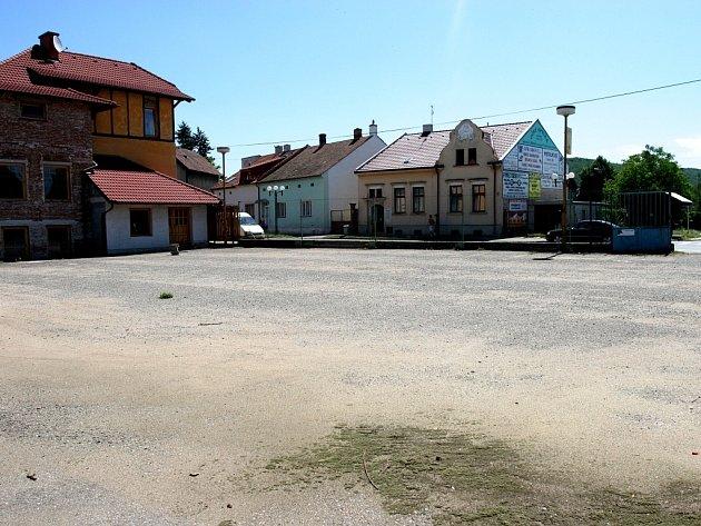Volnou plochu má už brzy zabrat nový supermarket. Někteří lidé z Ivančic jsou ale proti.