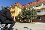 Violoncellista Josef Klíč z Brněnska zahrál i před domovem důchodců