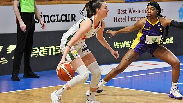 Dvaadvacetiletá basketbalistka Natálie Stoupalová (v bílém) dostala premiérovou pozvánku do reprezentačního týmu žen.