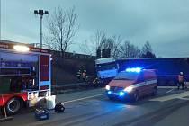 Nehoda osobního auta a kamionu zastavila provoz na D2 za sjezdem na Blucinu směrem na Slovensko.
