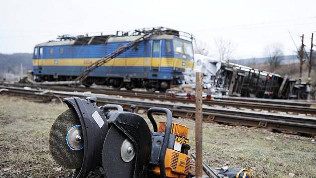 Nejspíš kvůli špatné výhybce se v sobotu v deset večer na nádraží v brněnských Maloměřicích převrhla cisterna. Strhla na bok další a jeden vagon vykolejil.