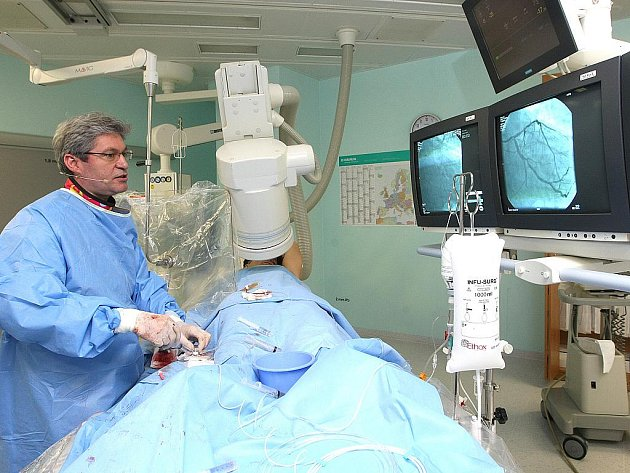 """Kardiologové brněnské Fakultní nemocnice zavádějí jako nový léčebný postup metodu, při které do nemocného srdce pacienta zavádějí katetr, kterým cévy důkladně vyšetří. A při stejném zákroku je mohou i i """"opravit""""."""