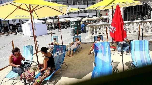Písečná pláž na brněnském náměstí Svobody.