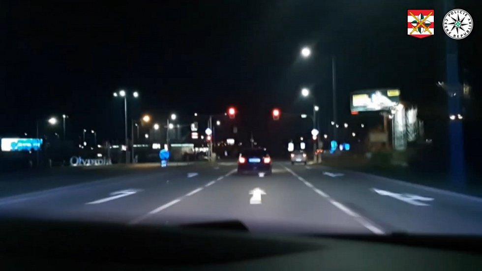 Ujíždějící osobní automobil BMW zaměstnal na Brněnsku o víkendu téměř dvě desítky policejních hlídek.