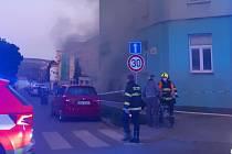 Kvůli nedělnímu požáru sklepa v Jugoslávské ulici v Brně hasiči evakuovali 22 lidí.