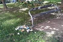 Poházené odpadky kolem laviček kazí dojem z odpočinku. Lidé si na to stěžují na sociálních sítích.