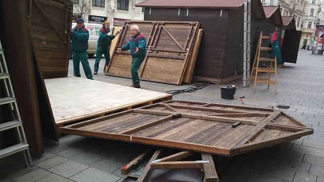 Dělníci na brněnských náměstích odstraňují stánky a poslední zbytky vánočních trhů.