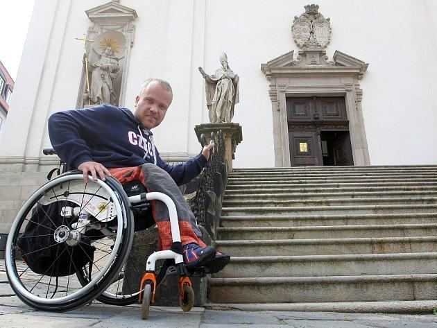 Vozíčkář Tomáš Kohoutek se do kostela svatého Michala v Brně nedostane. Nezvládne překonat schody.