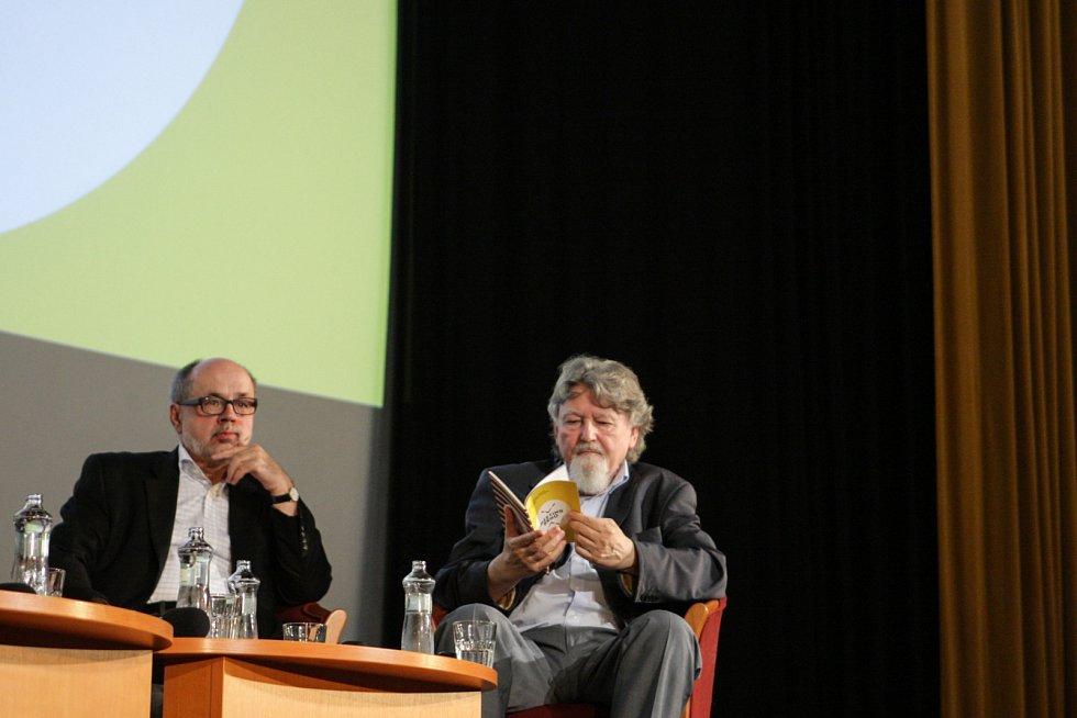 O tom, jaké bylo opustit Českou republiku a hledat znovu domov za hranicemi, diskutovali v úterý v brněnském kině Scala politikové i historici při akci Kde domov můj, která je součástí projektu Meeting Brno.