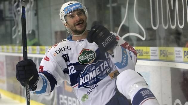 Představení kapitána, vysoká výhra a vedení v tabulce. Hokejové Kometě se utkání devatenáctého kola extraligy vydařilo, když doma porazila Karlovy Vary 8:2.