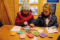 Čekání na Vánoce si mohou děti zpříjemnit společným vyráběním dekorací.