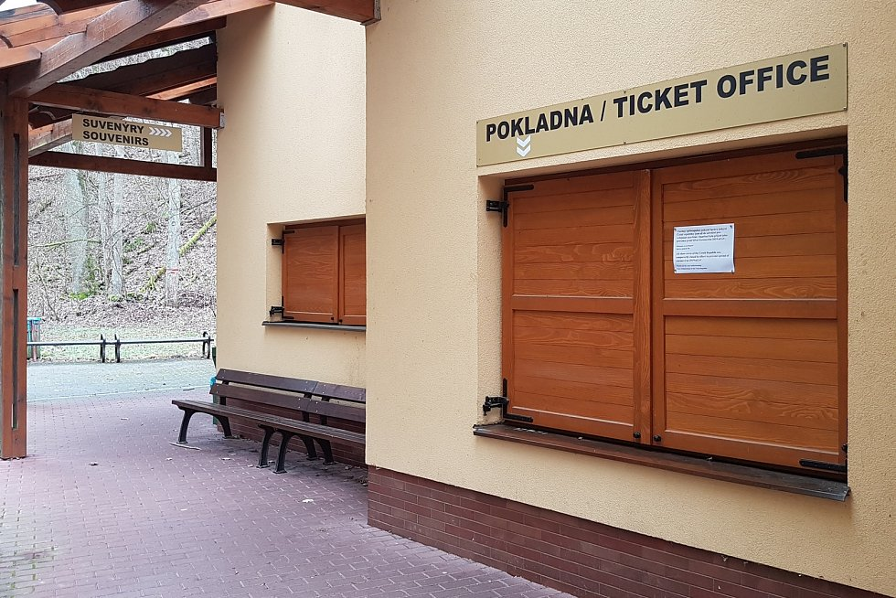 Pokladna u Kateřinské jeskyně v Moravském krasu v sobotu 21. března 2020.