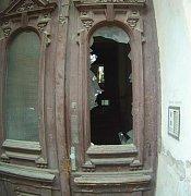 Muž rozbil domovní dveře. Po strážnících chtěl vědět, proč se nedozvonil na přítelkyni