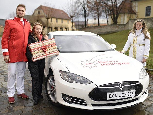 Vánoční jízda: dárek vítězi doručí Tesla.