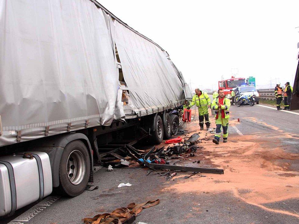 Nehoda dvou kamionů na dálnici D1.