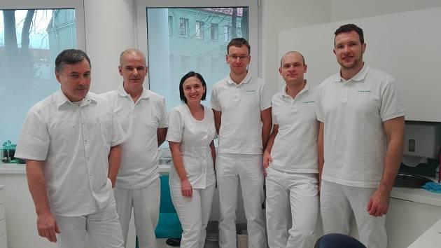 Vedoucí lékař společnosti Maxi DENTAL MUDr. Ivan Krupa (na snímku první zleva) spolu se svým týmem.