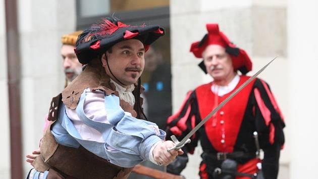 Radnice ukázala nože i souboj šermířů