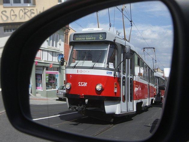 Po třinácti měsících se vpondělí vrátil dopravní ruch na Minskou a Horovu ulici vbrněnských Žabovřeskách. Dělníci při rekonstrukci opravili kromě silnice také tramvajovou trať, díky čemuž mají nyní vozy méně hlučet.