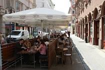 S NÁLEPKOU. Restaurace Zelená kočka v Solniční ulici má oddělený prostor pro kouření.