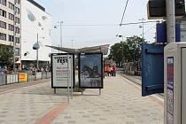 Dlažba na zastávkách u brněnského hlavního nádraží.