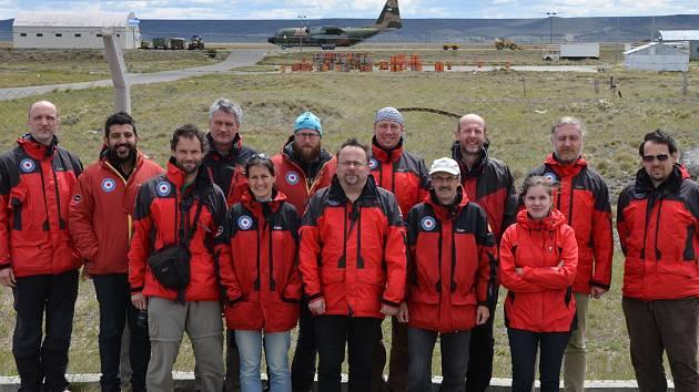 Pláně Antarktidy se v noci na úterý rozprostřely před prvními čtyřmi členy vědecké expedice z Masarykovy univerzity. Zbytek sedmnáctičlenného týmu stále vyčkává na základně vojenského letectva v Argentině. Jejich leteckou přepravu komplikuje počasí.