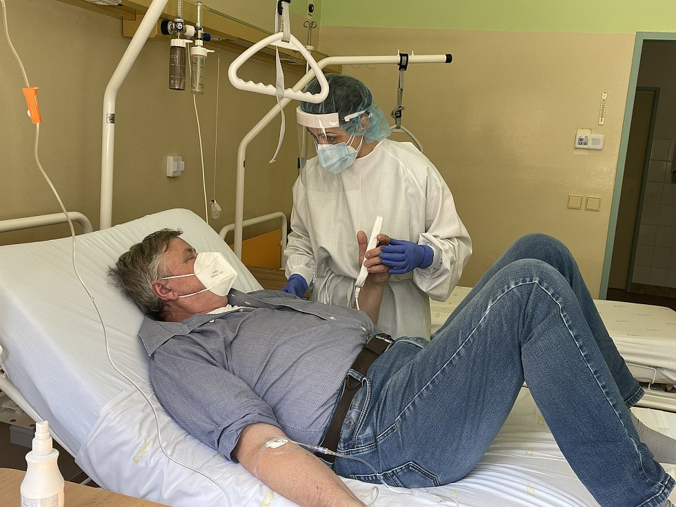 Od prvního dubna bohuničtí doktoři podávají lék firmy Regeneron pacientům s covidem a například chronickými onemocněními, obezitou či diabetikům.