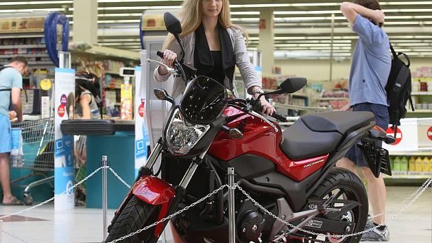 Už dva týdny před brněnskou Velkou cenou mohou lidé obdivovat silné motorky v nákupním centru v Králově Poli.