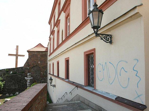 Posprejované zdi v Denisových sadech v Brně.