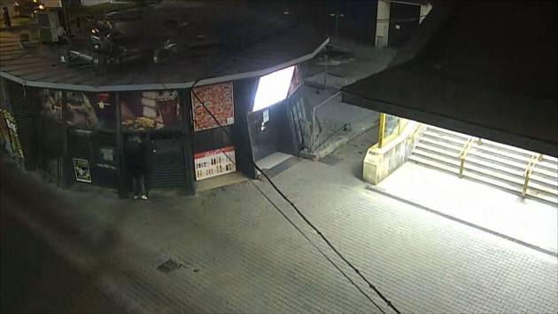 V několika ulicích sprejer počmáral zastávku, kontejnery i stánek s rychlým občerstvením. Jeho počínání ale natočily kamery a vandala chytili strážníci.