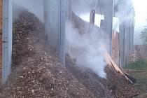 Požár štěpky v hale v brněnském Komíně už několik hodin hasí jihomoravští hasiči.