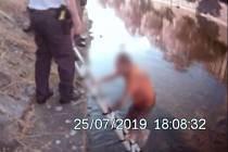 Z několikacentimetrů hluboké řeky Svratky vysvobodili ve čtvrtek čtyřiačtyřicetiletého muže brněnští strážníci.