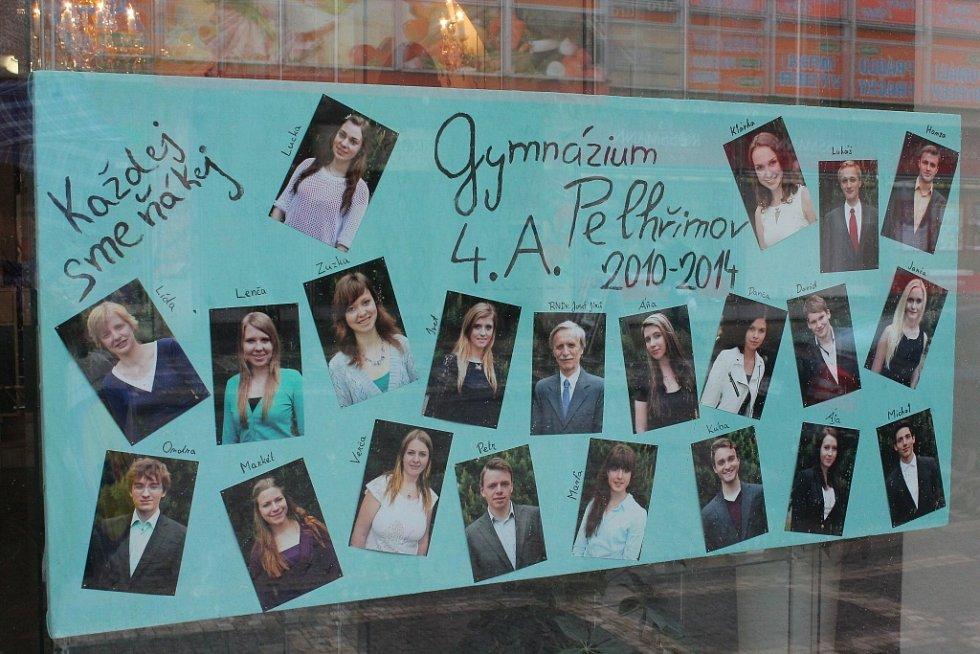 Maturanti ze třídy 4.A Gymnázia Pelhřimov své tablo pojali stylem každej sme ňákej. Na fotografiích jsou vyobrazeni klasicky.