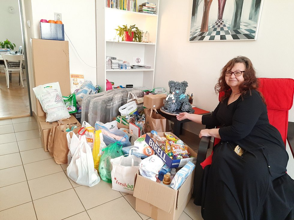 Předání sbírky zaměstnanců brněnského dopravního podniku organizaci Magdalenium, která pomáhá obětem domácího násilí. Foto: DPMB