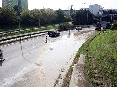 V Hradecké ulici v pátek dopoledne prasklo vodovodní potrubí.