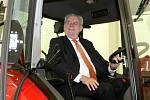 Prezident zavítal do firmy Zetor. Posadil se i do kabiny traktoru.