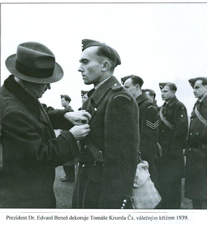 Fotografie z roku 1939 - předání Československého válečného kříže.