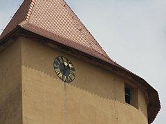Každou čtvrthodinu vyzvánějí hodiny na břitové věži hradě Veveří. Spodními patry procházejí davy turistů. Co se skrývá pod střechou tajemné věže nezvyklého tvaru, zůstává lidem záhadou. Její historii představuje další díl seriálu Za zavřenými dvěřmi.