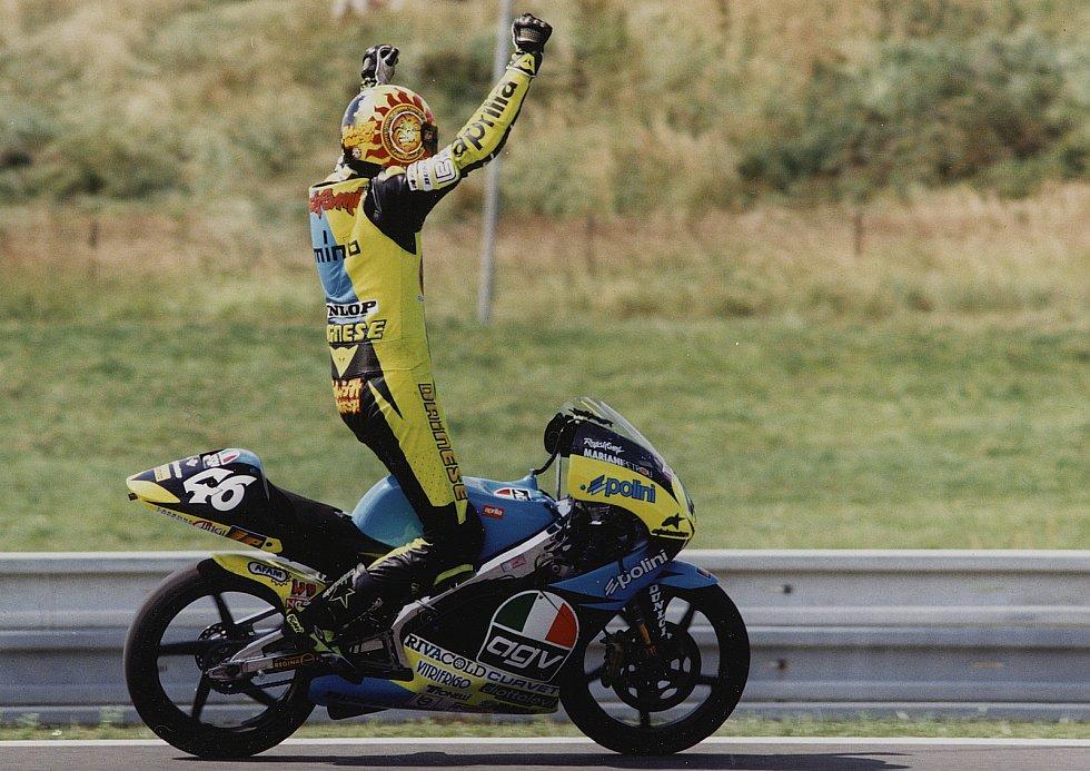 A tehdy sedmnáctiletý italský rychlík právě na Masarykově okruhu zaznamenal ve své premiérové sezoně ve světovém šampionátu první výhru kariéry.