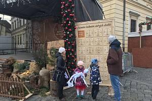 Kalendář dobrých skutků stojí vedle pódia na brněnském Zelném trhu. Každý den na něm pořadatelé představí příspěvek, který poputuje k nejrůznějším dobročinným organizacím.